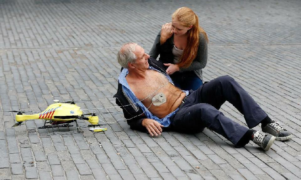 Dron defibrylator – kolejny dron ratujący życie.