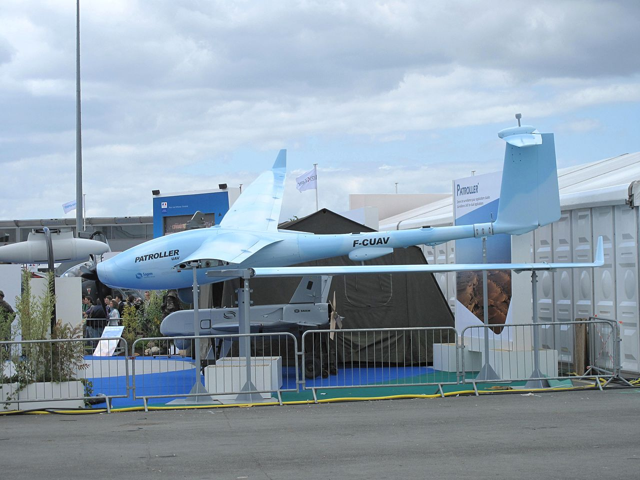 UCAV Sagem Patroller i w tle Sagem Sperwer (SDTI) , UCAV - Unmanned Combat Air Vehicle - w skrócie dron bojowy)