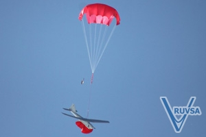 Lądujący na spadochronie Orlan-10, fot: en.ruvsa.com