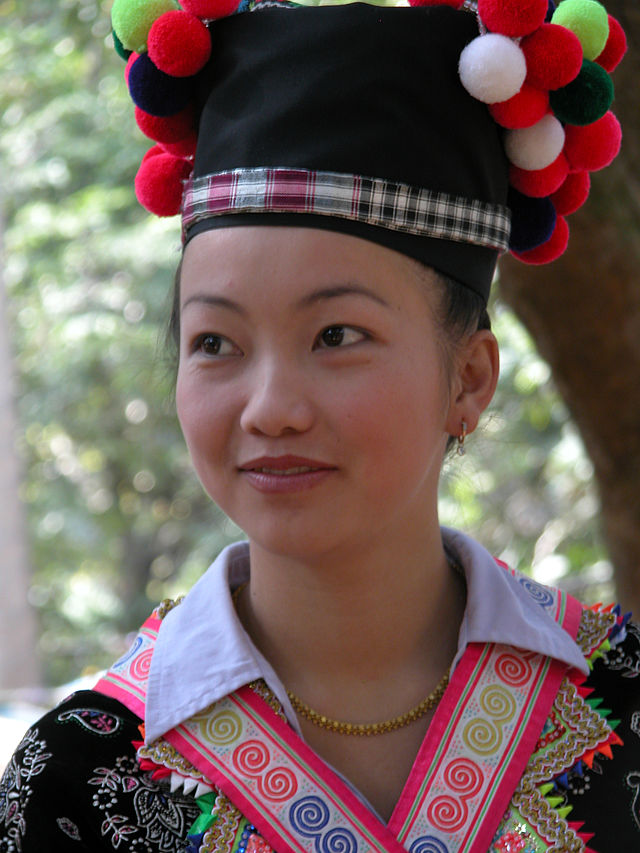 Luang Prabang, młoda kobieta podczas festiwalu Hmong. fot:wikipedia.org