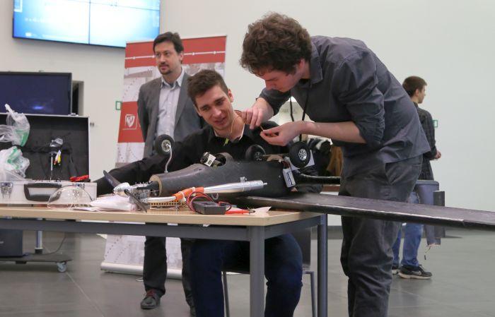 """Prezentacja samolotów zespołu JetStream. Na zdjęciu """"Hien"""" (fot. Krzysztof Mazur)  / pryzmat.pwr.edu.pl"""