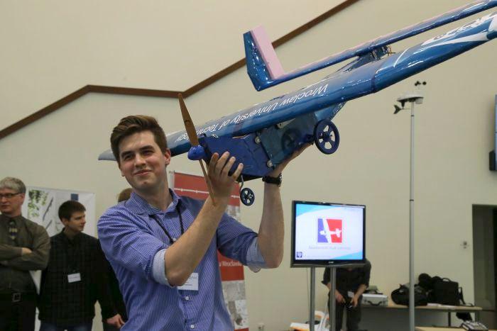 """Jakub Radwański z zespołu JetStream prezentuje samolot """"Blue Larry"""" (fot. Krzysztof Mazur) / pryzmat.pwr.edu.pl"""