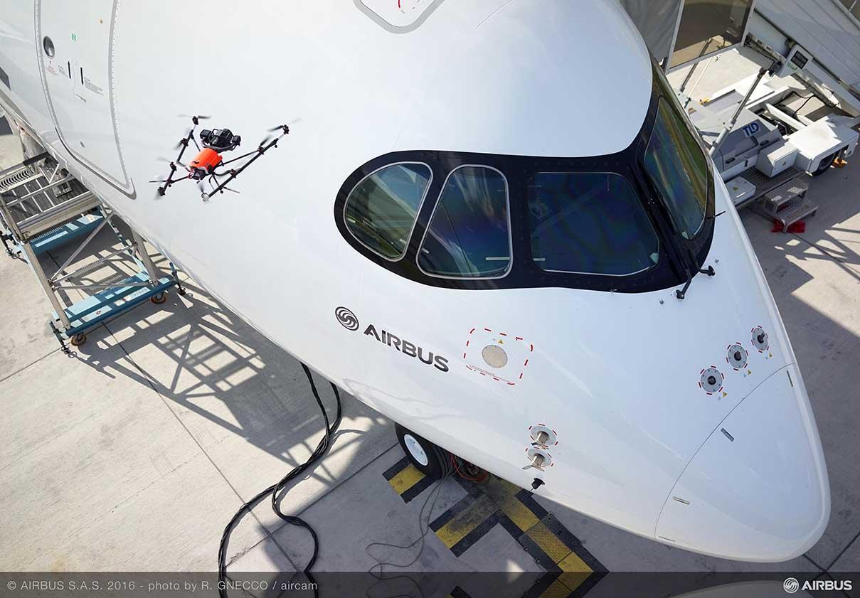Kontrola jakości samolotu A350 XWB za pomocą drona (fot: airbus.com)